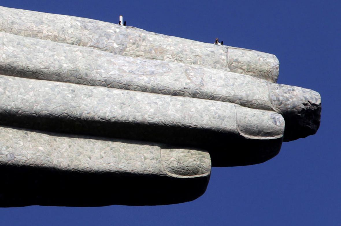 Poškozený prst sochy Krista v Riu