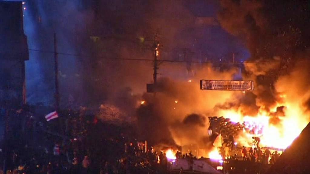 Hořící barikády v Kyjevě