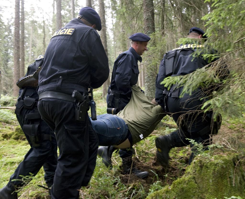 Policisté vynáší aktivistu