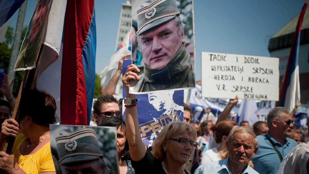 Demonstrace více než 10 000 bosenských Srbů v Banja Luka s cílem podpořit Mladiće