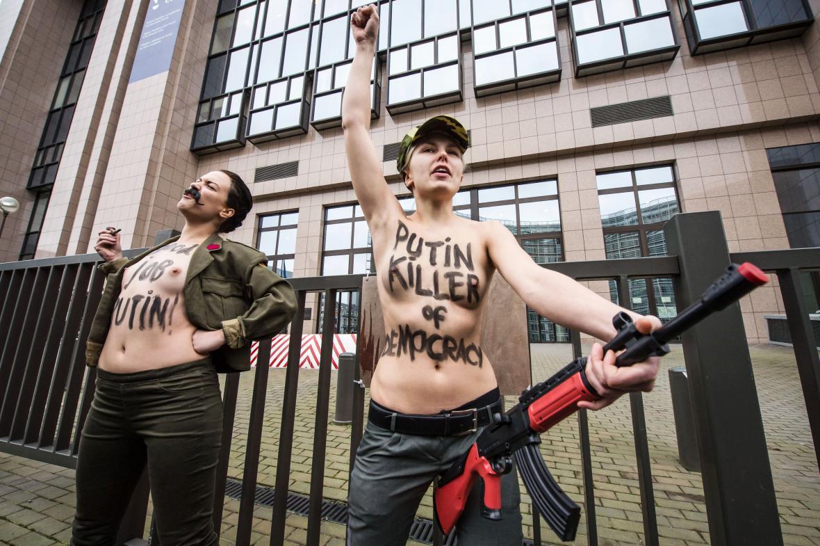 Aktivistky protestující proti Putinově návštěvě v Bruselu