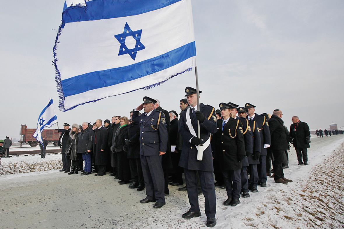 Poslanci Knesetu na pietě v Osvětimi