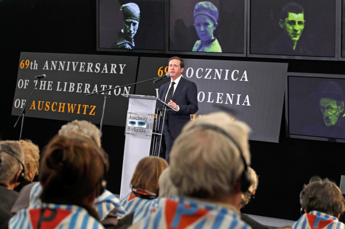 Isaak Herzog na pietním shromáždění v Osvětimi