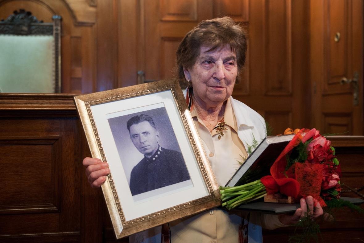 Dcera Karla Košvance Vlasta Rypáčková s otcovou fotografií