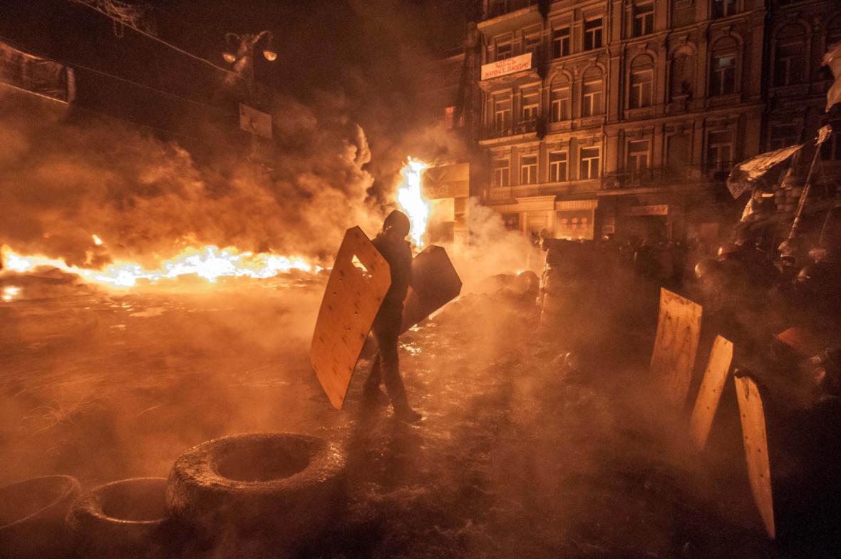 Hořící ulice v centru Kyjeva