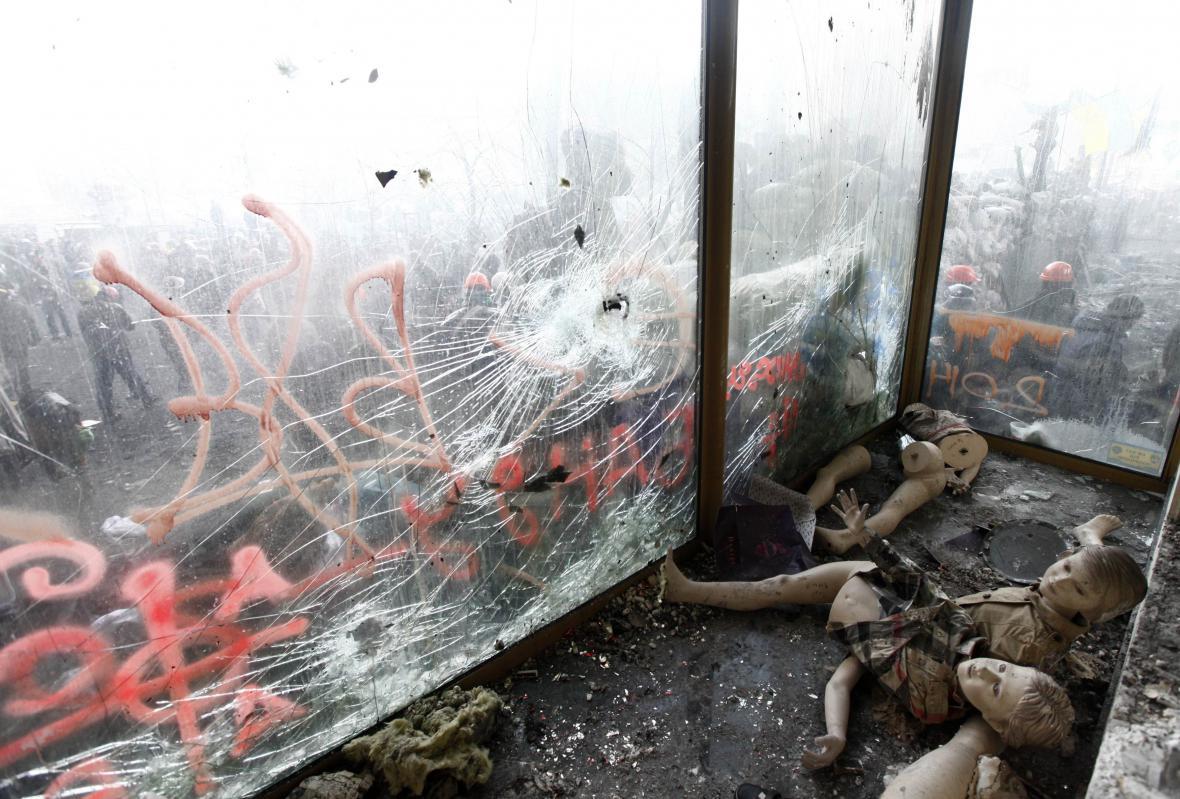 Panenky v jedné z rozbitých výloh v Kyjevě