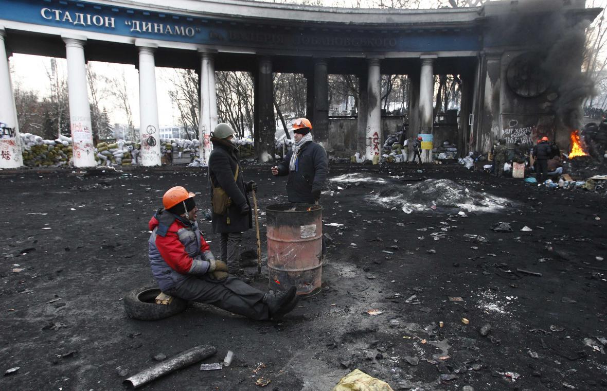 Demonstranti u barikád v centru Kyjeva
