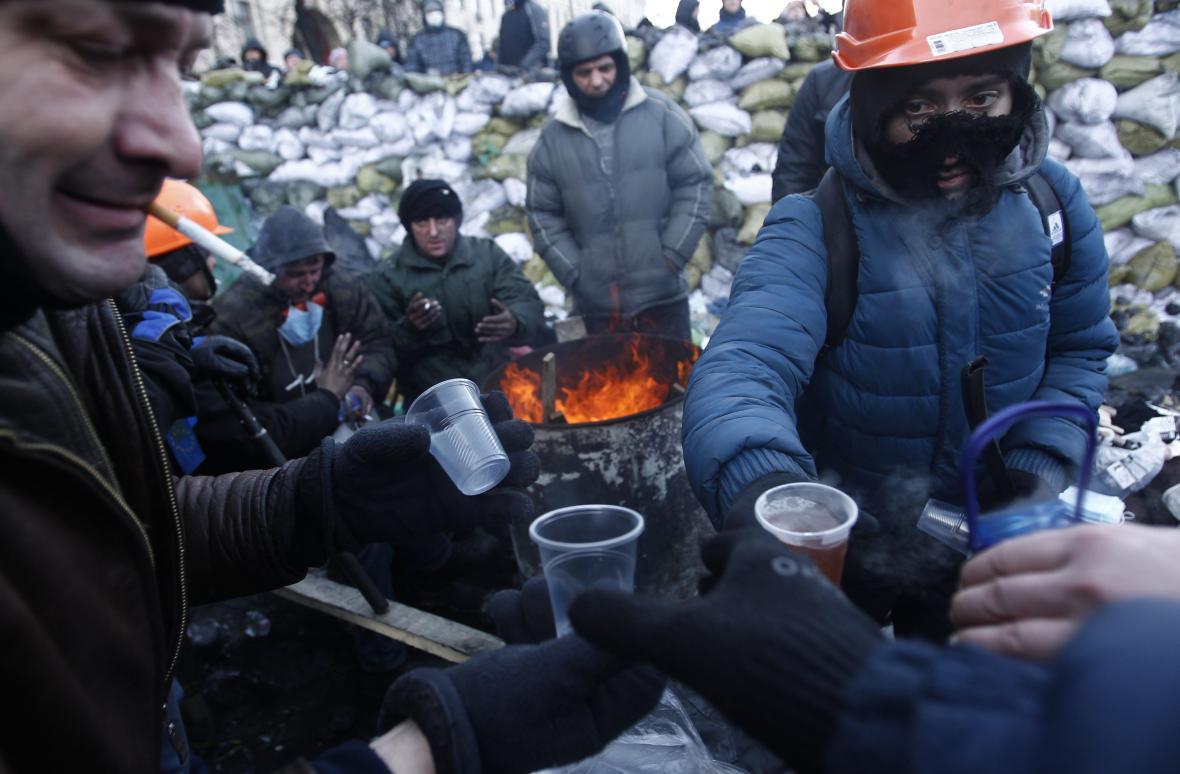 Podávání čaje na barikádách v Kyjevě