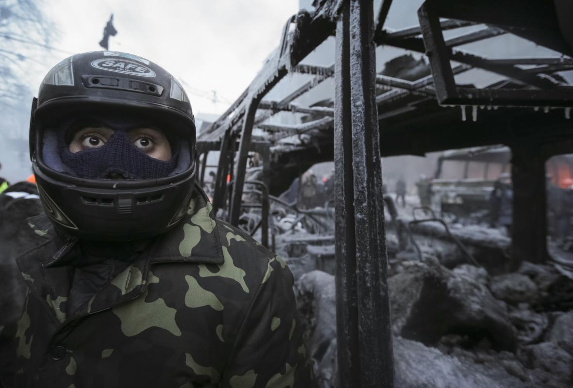 Demonstrant u barikád v centru Kyjeva