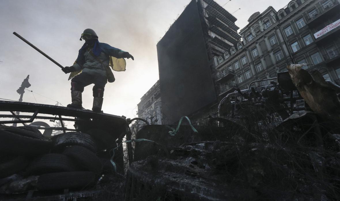 Opoziční demonstrant na barikádě v Kyjevě