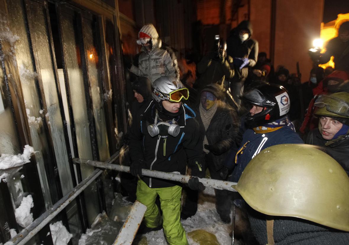 Demonstranti před Ukrajinským domem