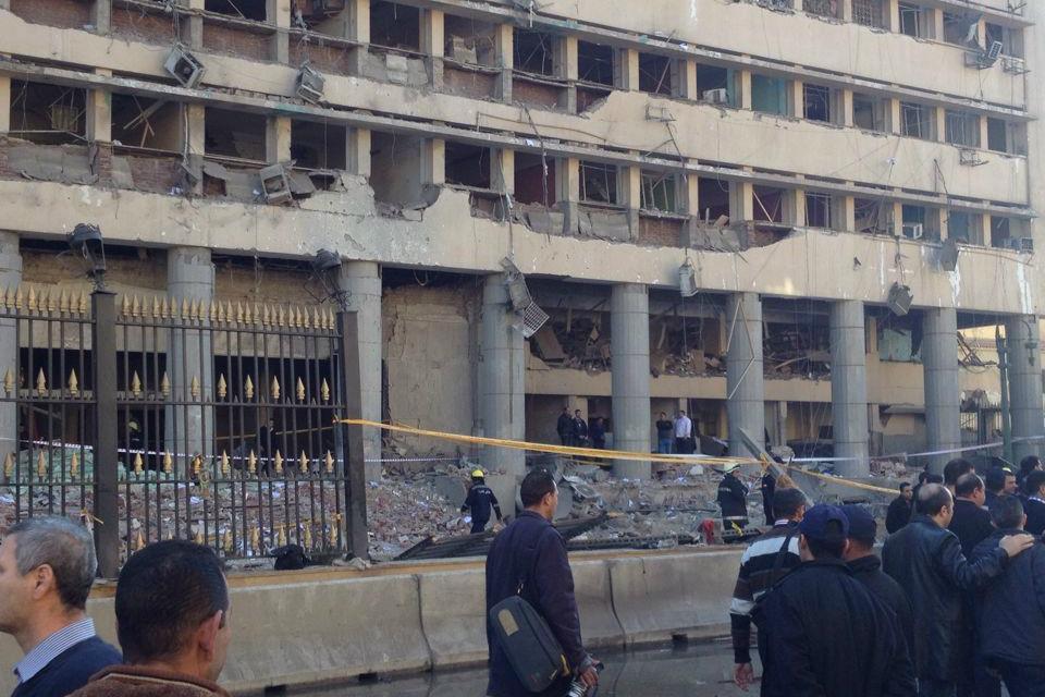 Následky výbuchu před velitelstvím káhirské policie