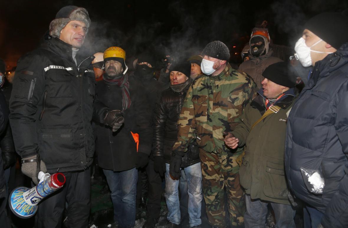 Opoziční vůdce Vitalij Kličko s demonstranty