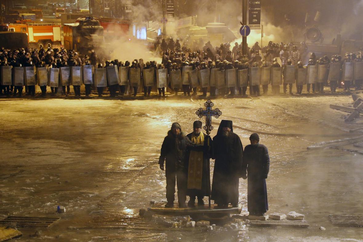 Modlitba pravoslavných kněží přímo mezi znesvářenými tábory