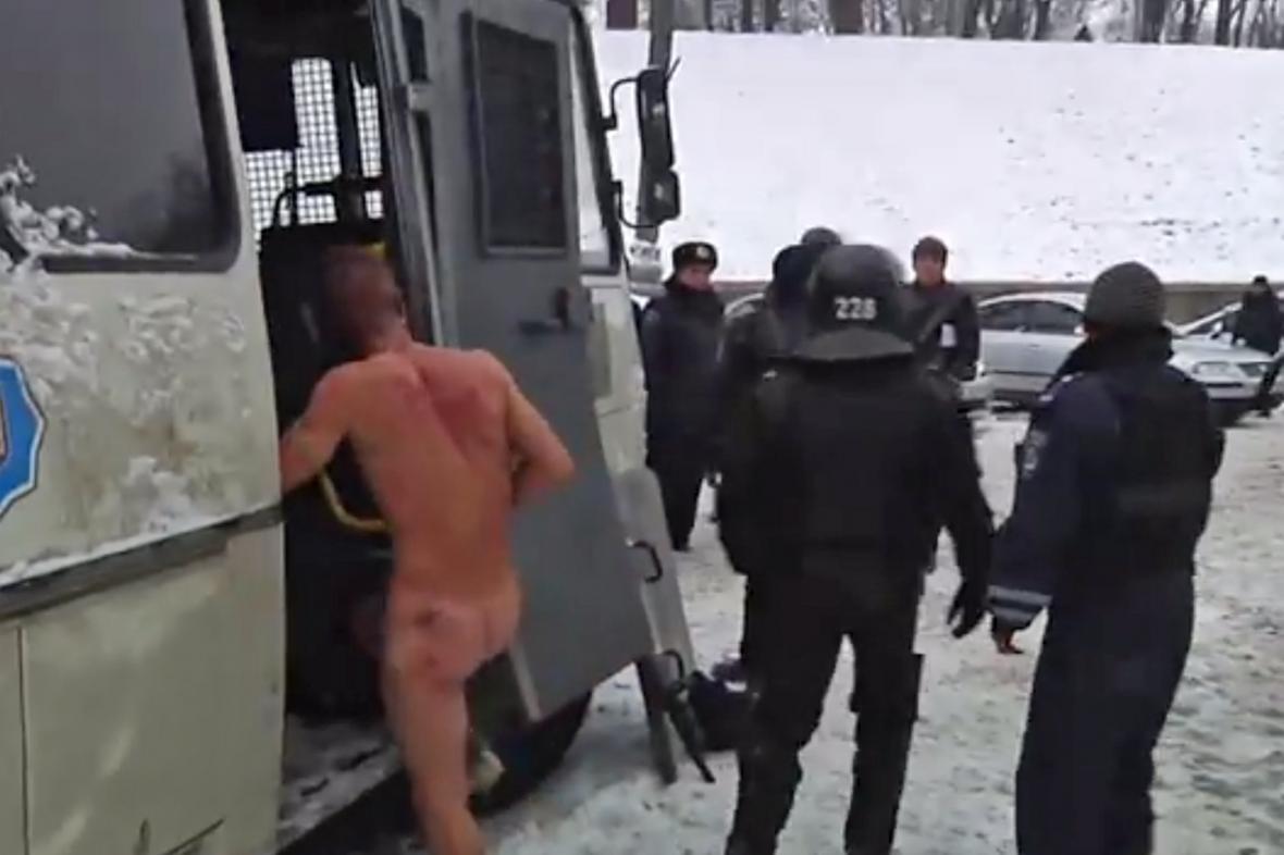 Jednotky Berkut nechaly stát zadrženého demonstranta nahého na mrazu