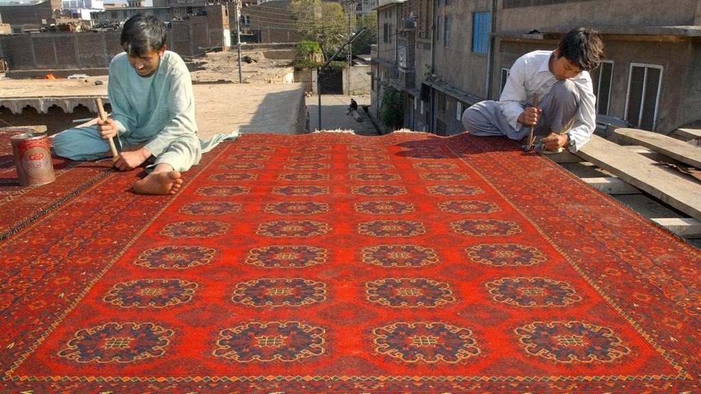Výroba koberců v Pákistánu