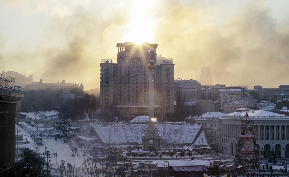 Svítání v Kyjevě po nočních střetech na hořících barikádách