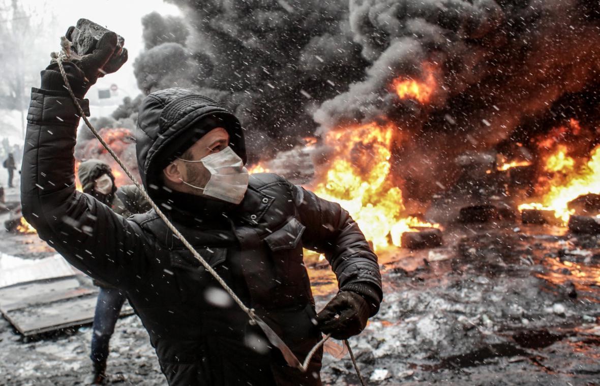 Protesty v Kyjevě na hořících barikádách