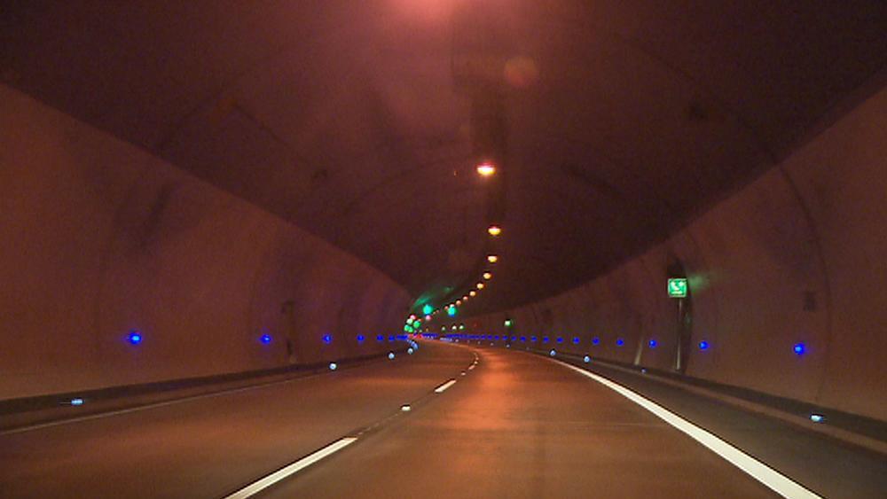 Uzavřený Lochkovský tunel brzdí provoz