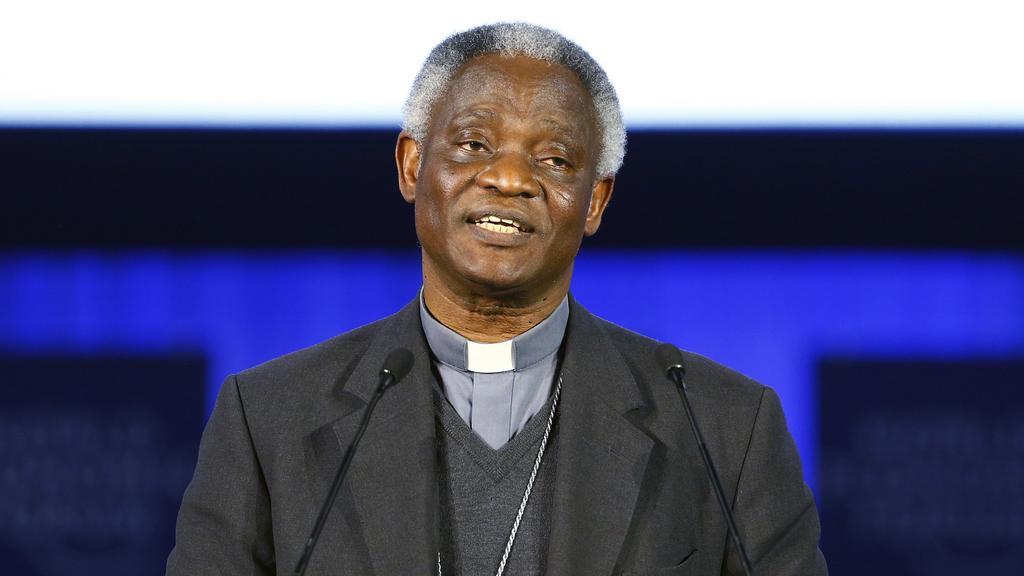 Kardinál Peter Turkson pronáší poselství papeže na davoském fóru