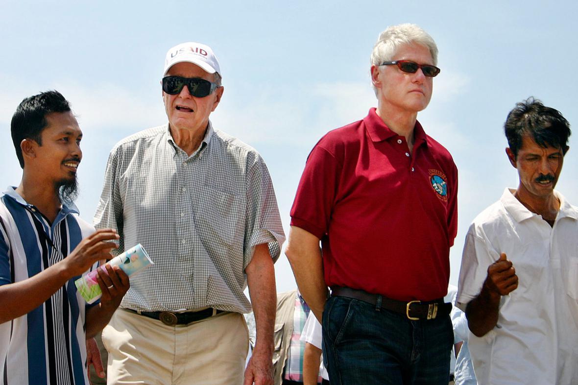 George Bush starší a Bill Clinton na cestě po jihovýchodní Asii
