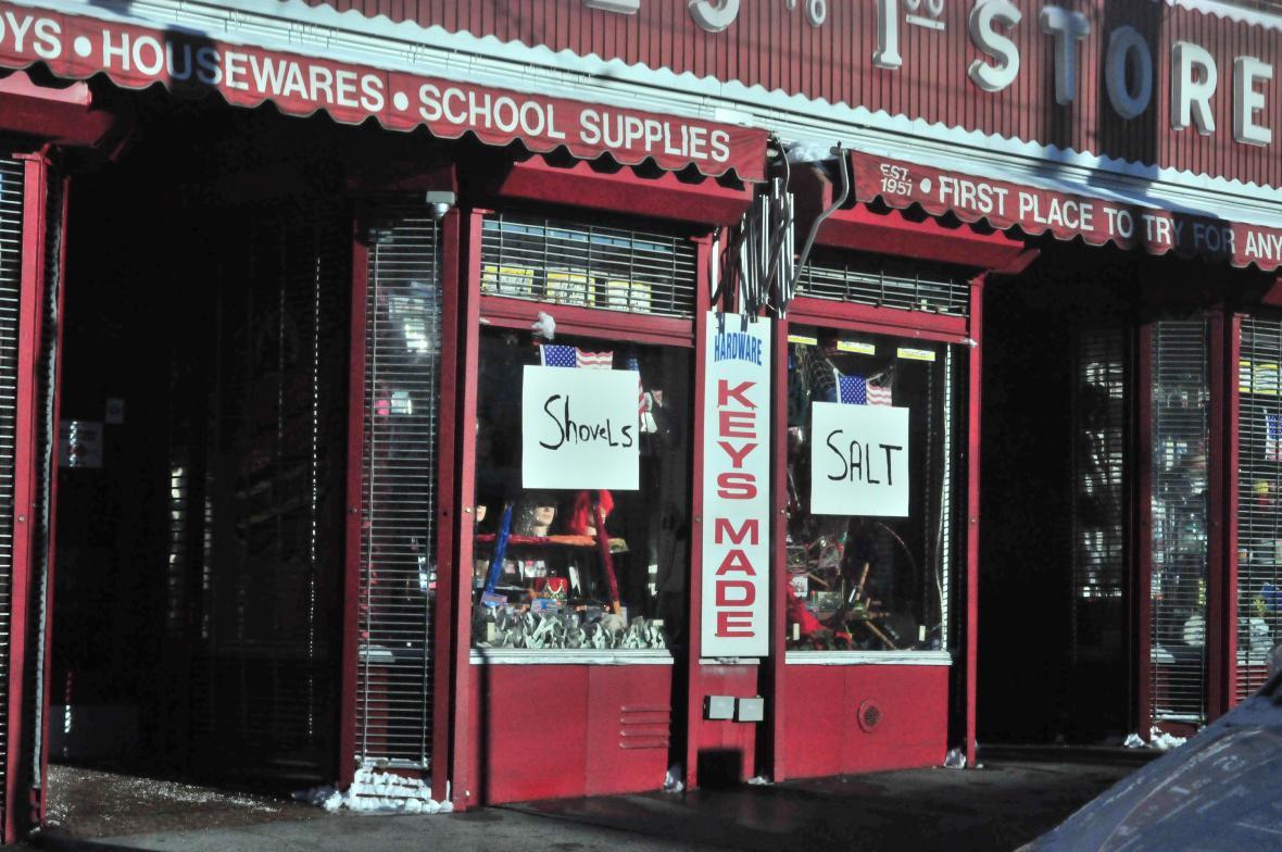 Zima v Bostonu - prodej lopat