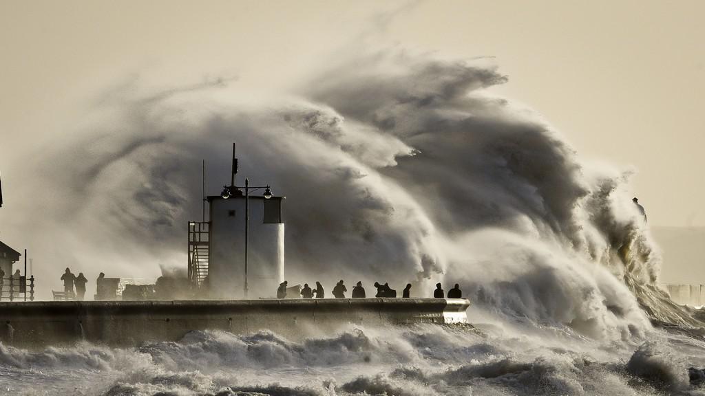 Británii sužují záplavy a vlnobití