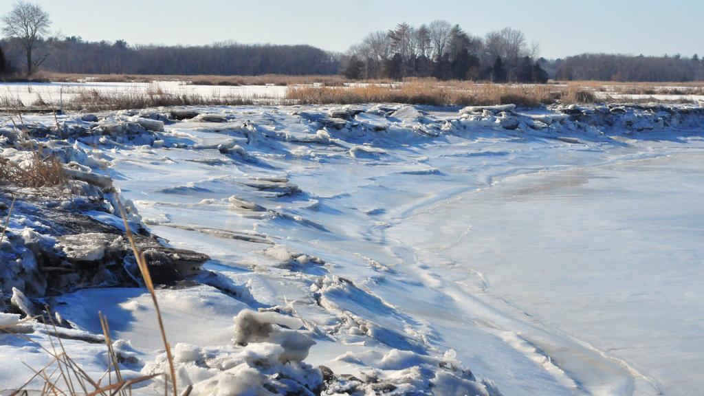 Zamrzlý meandr řeky Mill v Massachusetts