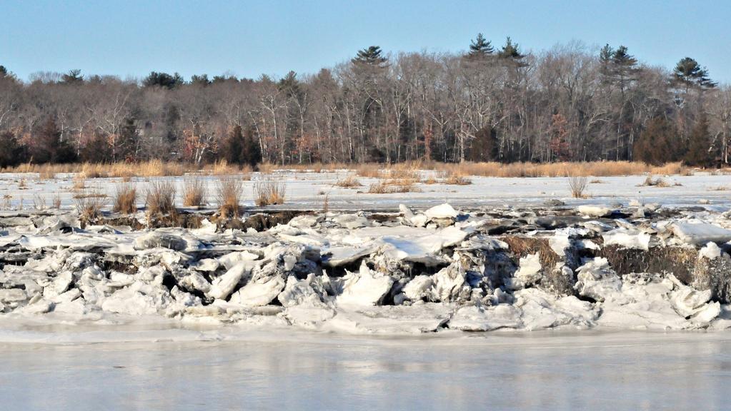 Masa ledu u zamrzlé řeky Rowley v Massachusetts