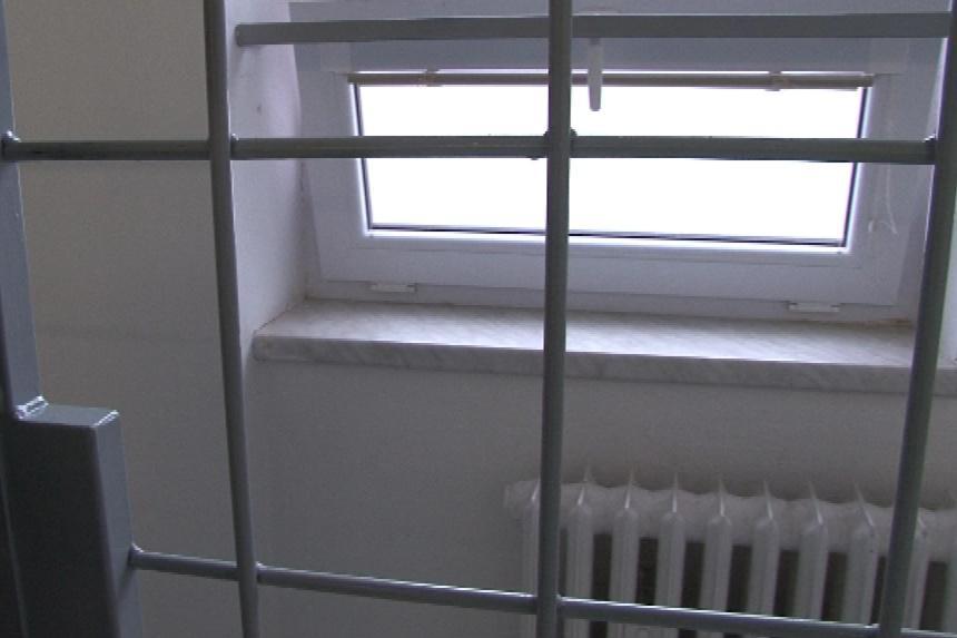 Šály nejprve roztáhl mříže, poté prolezl úzkým oknem