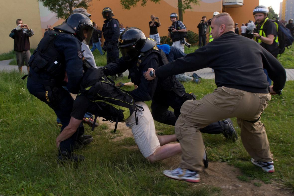 Policie zasahuje proti demonstrantům na sídlišti Máj