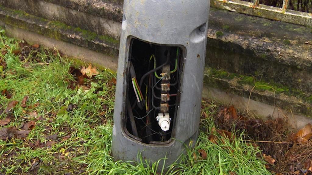 Zloději kradou kryty lamp