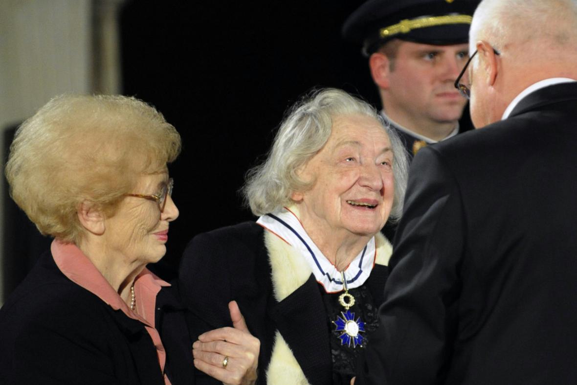 Josefina Napravilová (uprostřed)