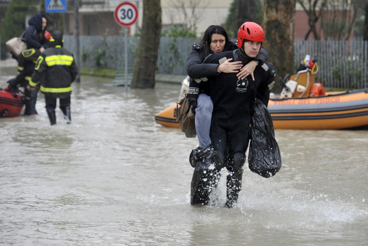 Evakuace lidí v italské Bastiglii