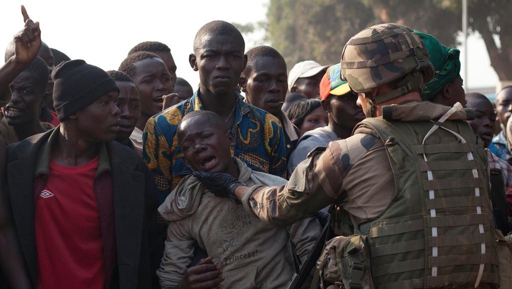Francouzský voják utěšuje místního chlapce