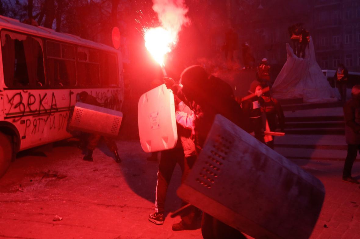Ukrajinští demonstranti se střetli s policií