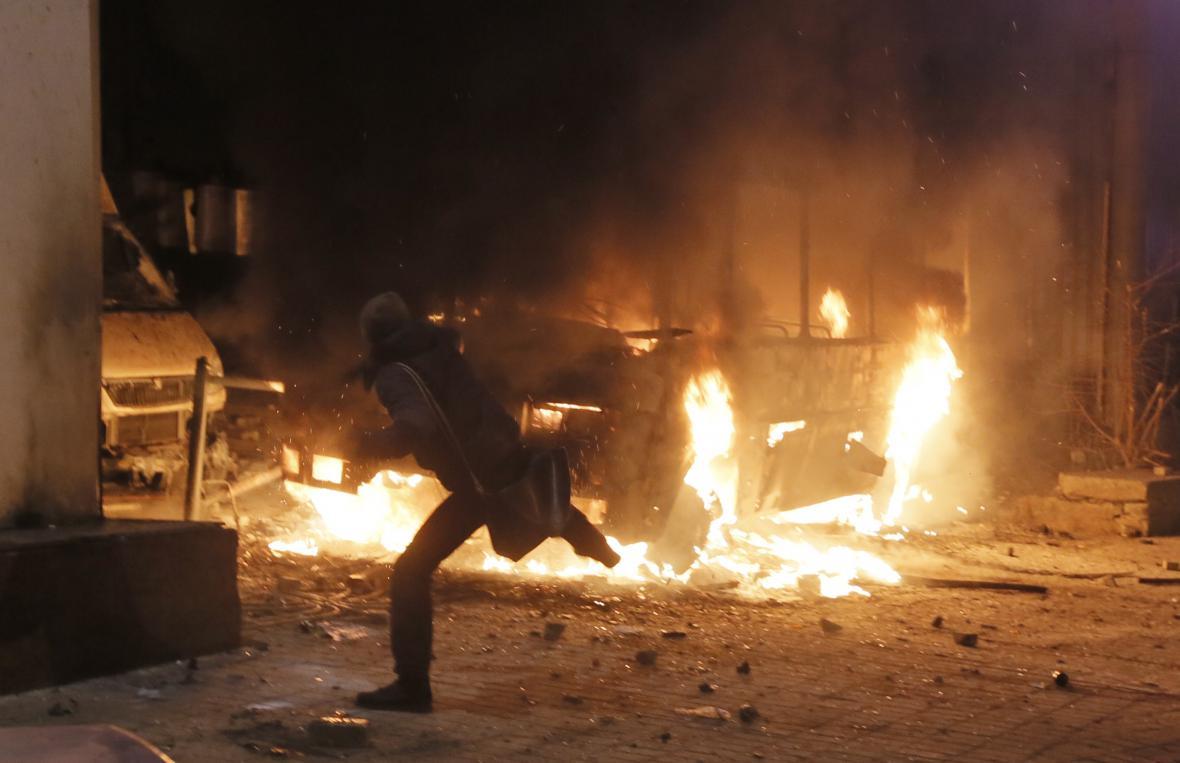 Demonstranti zapálili v Kyjevě policejní autobus