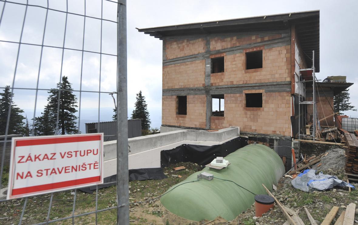 Stavba Bezručovy chaty na Lysé hoře jde proti očekávání rychleji