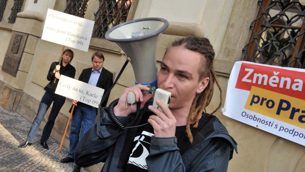 Ivan Bartoš protestoval  proti demolici rohového domu na Václavském náměstí