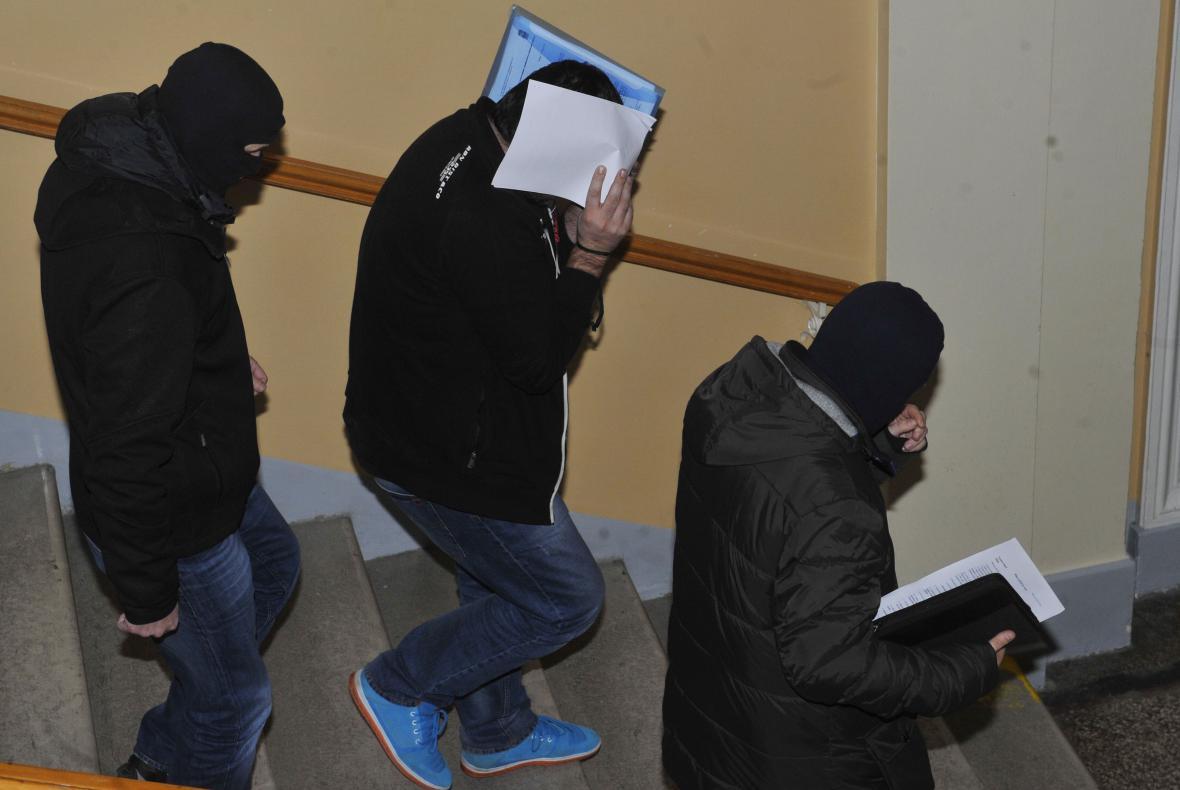 Soud poslal do vazby sedm obviněných. Uprostřed Martin Kalakaj