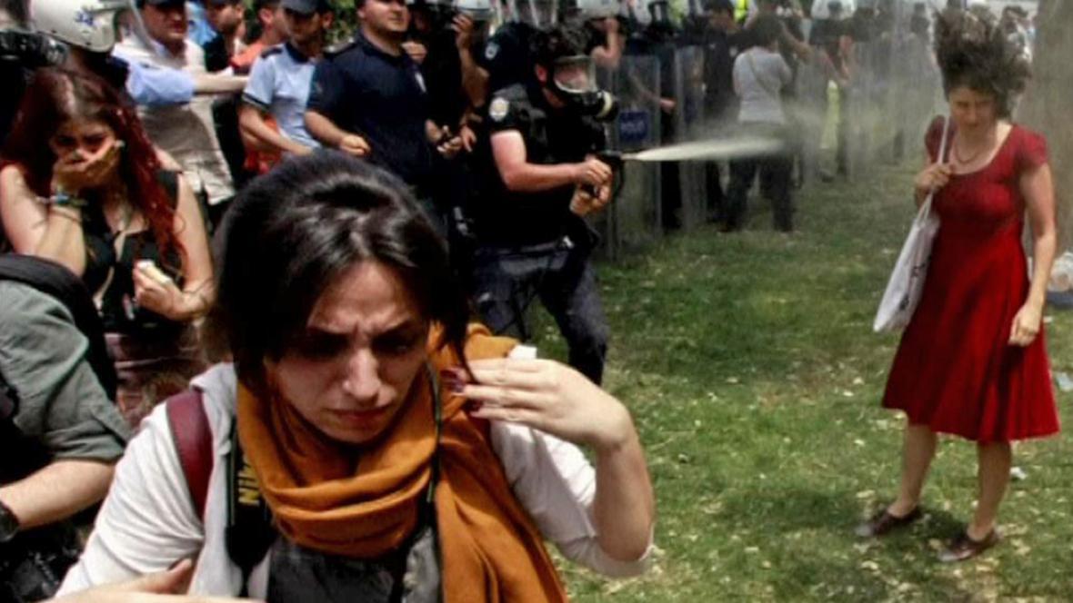 Útok slzným plynem na dívku v červeném