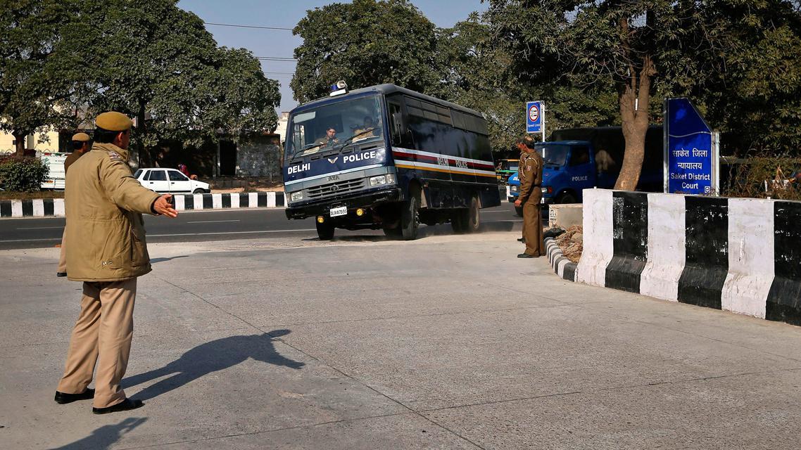Policie přiváží k soudu muže obžalované ze znásilnění