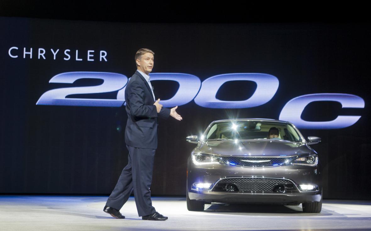 Prezident společnosti Chrysler představuje nový model Chrysler 200