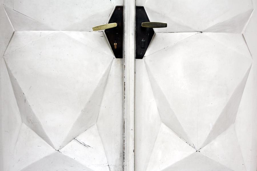 Kubistické řešení dveří a kování