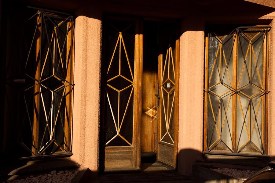 Vstupní dveře Trojdomu v Praze-Vyšehradě