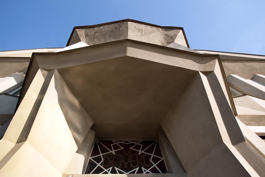 Portál západních vstupních dveří Trojdomu pod Vyšehradem
