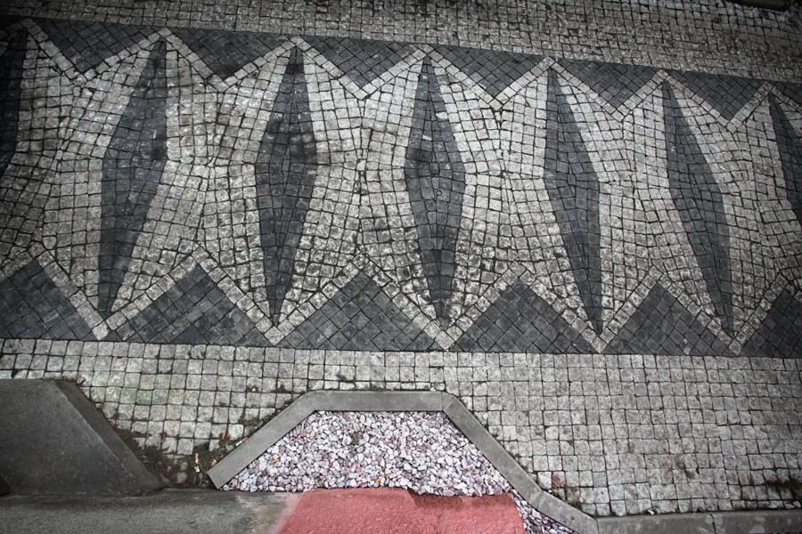 Dláždění kubistických tvarů před Trojdomem na Vyšehradě