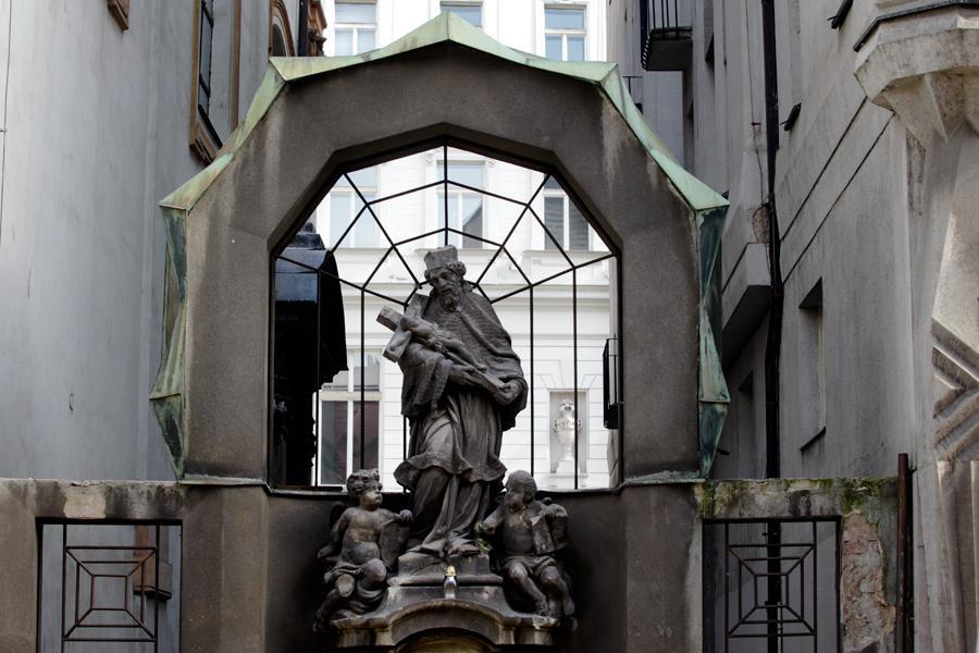 Kubistické orámování barokní plastiky vedle domu Diamant