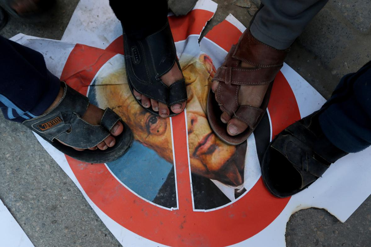 Palestinci oslavují Šaronovu smrt