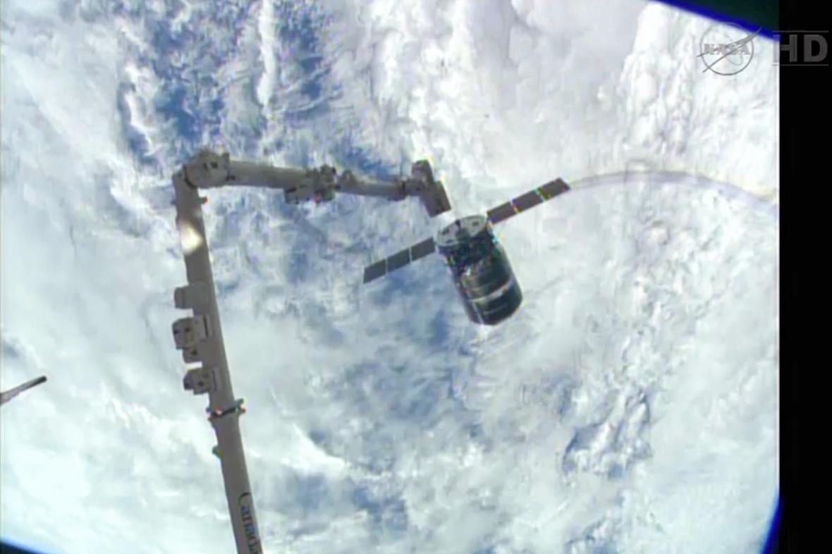 Připojování nákladní lodi Cygnus k ISS